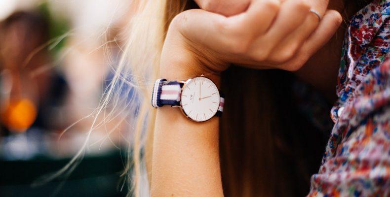 modny zegarek to ważny element kobiecej stylizacji