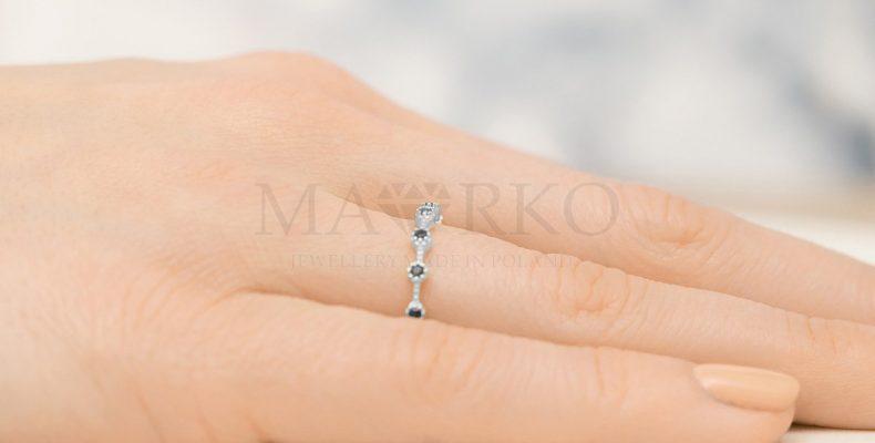srebrny pierścionek na palcu